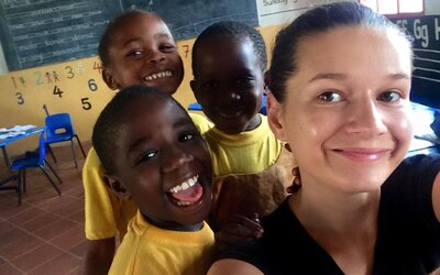 V epicentru malárie pomáhala HIV pozitivním dětem. Eliška přežila v Tanzanii bez tekoucí vody či elektřiny (Rozhovor)