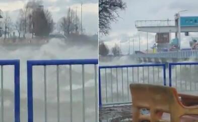 V Gabčíkove silný vietor rozbúril vlny natoľko, že takmer presiahli zábradlie vodného diela