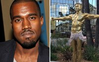V Hollywoode sa objavila socha Kanyeho Westa ako Ježiša. Jej autor chce poukázať na to, ako ho verejnosť vníma, miluje aj ukrižuje