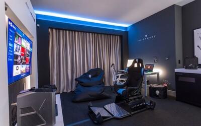 V hotelu Hilton najdeš luxusní gamerský pokoj s našlapaným počítačem a pohodlným křeslem. Za jednu noc zaplatíš několik tisíc korun