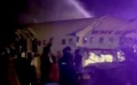 V Indii havarovalo letadlo se 191 cestujícími, rozlomilo se na dvě části. Z dráhy sklouzlo do údolí