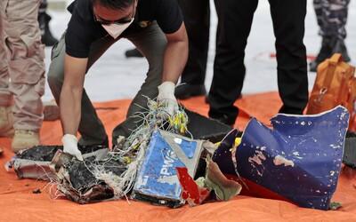 V Indonézii havaroval dopravný Boeing 737, na palube bolo 62 ľudí. Našli kusy lietadla aj ľudských pozostatkov