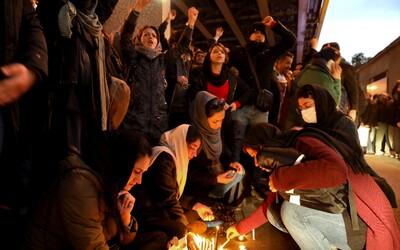V Íránu lidé demonstrovali proti sestřelení ukrajinského letadla, protest podpořily i USA