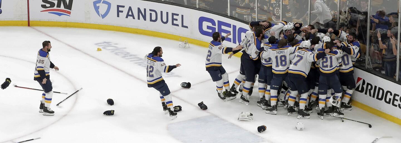 V januári boli najhorším tímom v NHL, dnes oslavujú prvý Stanley Cup v histórii klubu. St. Louis Blues porazili Chárov Boston