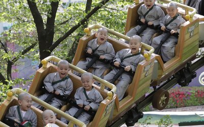V japonských zábavních parcích zakázali křičet na horských drahách, aby se nešířil koronavirus