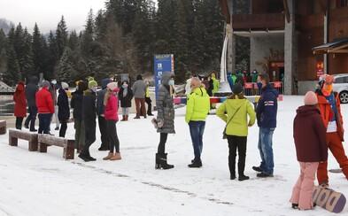 V Jasnej čakajú lyžiari na antigénové testovanie, aby sa mohli dostať na svahy. Vytvoril sa tam dlhý rad