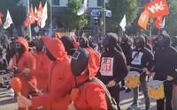 V Južnej Kórei štrajkovali tisícky ľudí v kostýmoch zo seriálu Squid Game za lepšie pracovné podmienky a zvýšenie minimálnej mzdy