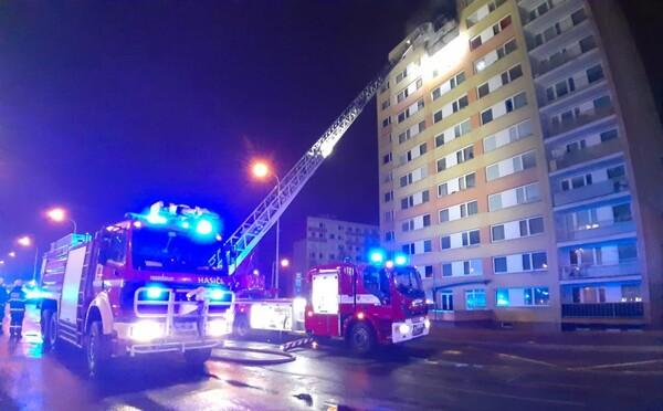 V Kladně explodoval byt. Jedna žena zemřela, 14 lidí je zraněných