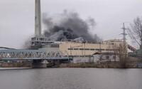 V Kolíně vybuchla elektrárna, následně začala hořet. Požár hasí 18 jednotek hasičů