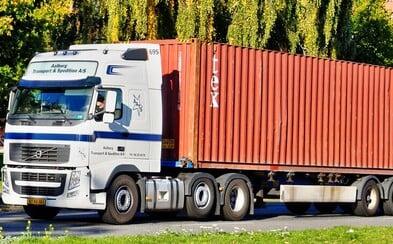 V kontajneri nákladného auta našli 39 ľudských tiel. Polícia zadržala 25-ročného podozrivého muža