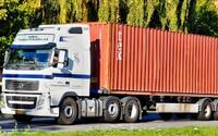 V kontejneru nákladního auta našli 39 lidských těl. Policie zadržela 25letého podezřelého