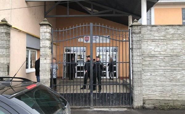 V Košiciach a Bratislave vyčíňali vo volebnej miestnosti opilci, v Žiline si zas strana robila kampaň
