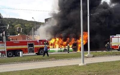 V Košiciach horel autobus. Mohutný čierny dym sa z vozidla MHD valil pri Botanickej záhrade
