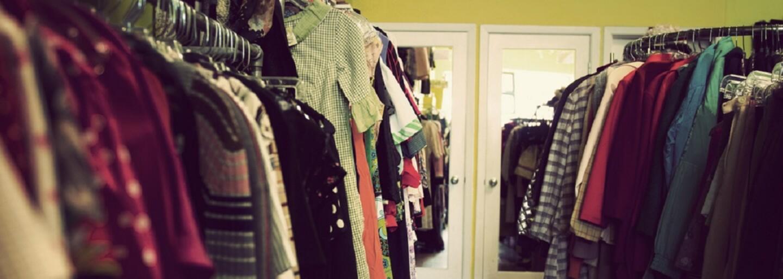 V Košiciach otvorili charity shop. Štýlové aj značkové oblečenie si tam môžeš nakúpiť za symbolickú cenu a ešte aj pomôžeš ľuďom v núdzi