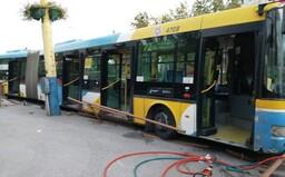 V Košiciach sa autobus bez vodiča rútil dolu kopcom, ľudia vyskakovali za jazdy. Vozidlo zastavil až stĺp