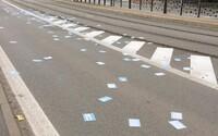 V Košiciach sa na uliciach povaľovali stovky nevyplnených certifikátov na Covid-19 z plošného testovania