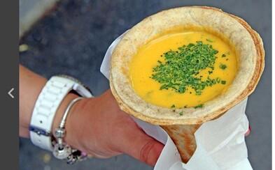 V Košiciach si kúpiš polievku, ktorú zješ aj s obalom. Špeciálny kornútok nemusíš vyhadzovať, ale rovno si na ňom pochutnáš