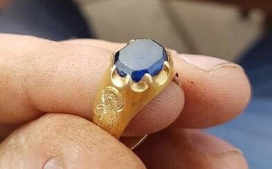 V lese Robina Hooda sa chlapíkovi podarilo objaviť zlatý prsteň v hodnote 80-tisíc eur. Kúpa detektora kovov sa nakoniec vyplatila