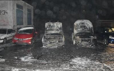 V Michalovciach počas víkendu horeli autá. Polícia pátra po polnočnom fantómovi, ktorý ich mal podpáliť
