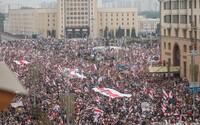 V Minsku protestuje odhadom viac ako 200-tisíc Bielorusov. Lukašenko uviedol armádu do bojovej pohotovosti