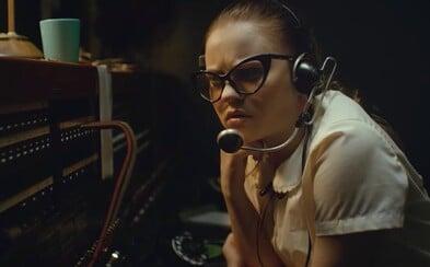 V mysterióznom The Vast of Night odhalia moderátor rádia a telefónna operátorka existenciu UFO (Recenzia)