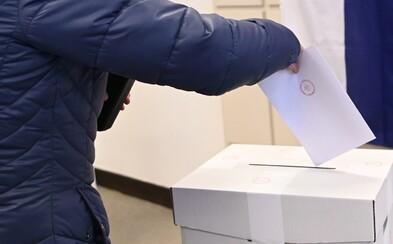 V najzápadnejšej obci Slovenska sa voľby začali načas, prvá volička prišla 2 minúty po siedmej