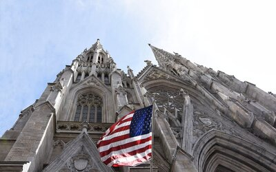 V newyorské katedrále byl zadržen muž s 15 litry benzinu a zapalovači