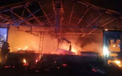 V Nitre horí celú noc hala slepačej liahne, uhynulo v nej viac ako 6-tisíc sliepok