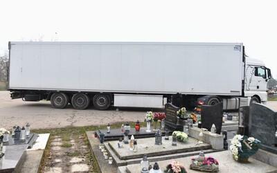 V Nitře už stojí třetí přívěs pro těla mrtvých