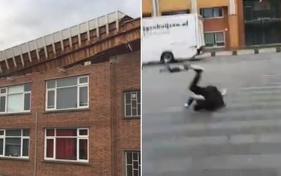 V Nizozemsku zuří agresivní vichřice. Lidé bezmocné lítají po náměstích, rychlosti 140 km/h se dokáží jen stěží ubránit