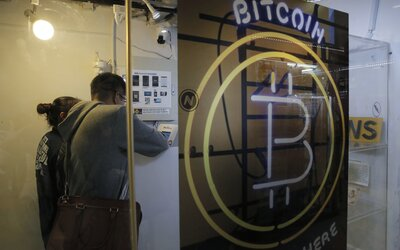 V noci klesla cena Bitcoinu pod hranici 30 tisíc dolarů
