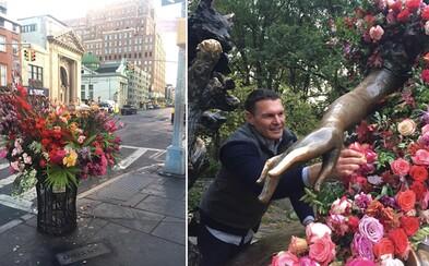 V noci vyčíňa v uliciach New Yorku. Jeho zámer je však urobiť ľuďom radosť nádhernými kvetinovými dekoráciami