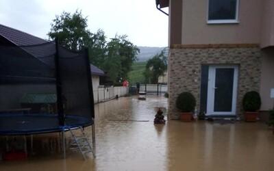 V obci Víťaz pri Prešove voda z potoka zaplavila dvadsiatku rodinných domov a záhrad. Dedinou sa v pondelok večer prehnala búrka