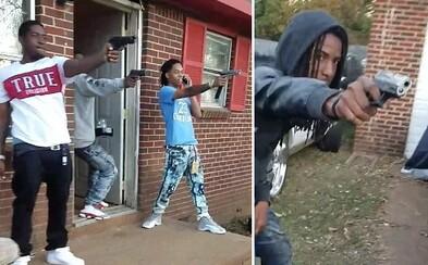 V odvážnom Mannequin challenge držali zbrane, tak ich navštívila policajná razia. Doma im našli aj marihuanu