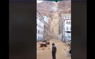 V Ománu napršel trojnásobek ročních srážek za jediný den. Nad městem vznikl bahenní vodopád
