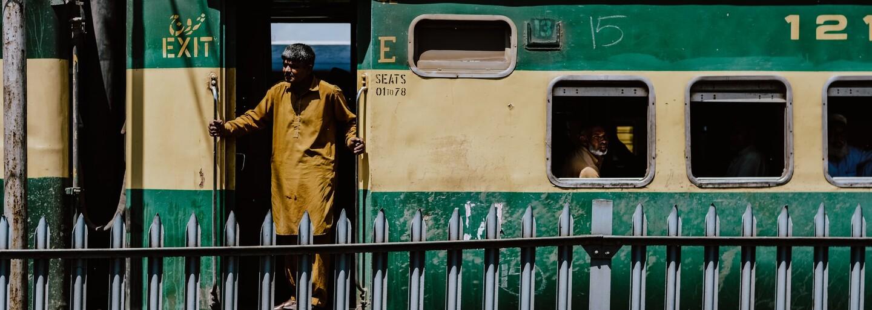 V Pákistánu se srazily dva vlaky. Při nehodě zemřelo nejméně 38 cestujících