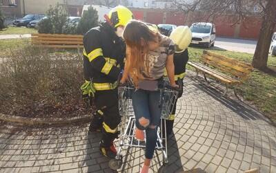 V Pardubicích se mladá žena zasekla v nákupním vozíku, vyprostit ji museli hasiči