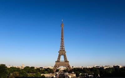 V Paríži museli evakuovať Eiffelovu vežu, liezol po nej neznámy muž