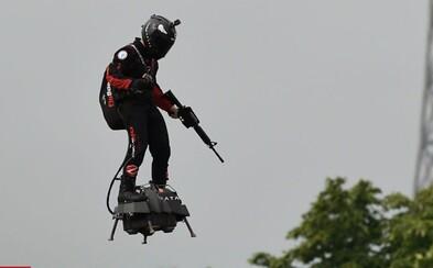 V Paříži se na vojenské přehlídce objevil člověk na létajícím prkně. Video zachycuje vynálezce na svém flyboardu
