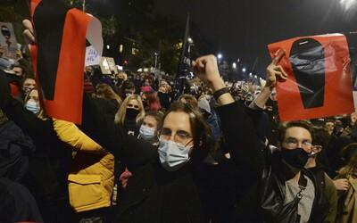 V Poľsku zakázali takmer všetky interrupcie. Tisícky žien protestujú v uliciach miest