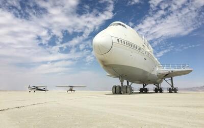 V poušti v Nevadě zůstal opuštěný obrovský Boeing 747, který tam nemá co dělat