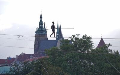 V Prahe prešla svetoznáma povrazolezkyňa 350-metrové lano nad Vltavou