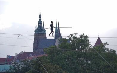 V Praze přešla světoznámá provazochodkyně 350metrové lano nad Vltavou (Fotoreportáž)