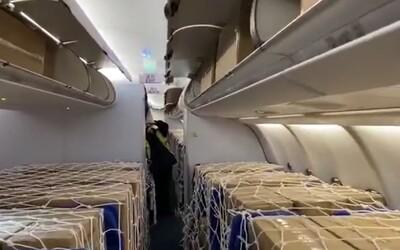 V Praze přistálo letadlo s 1,1 milionu respirátorů. Nahlédni do jeho útrob