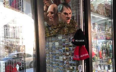 V Praze prodávali gumové masky Hitlera, upozornil na ně až německý velvyslanec