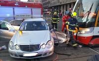 V Praze se srazilo auto s tramvají, dva lidé se vážně zranili (Aktualizováno)