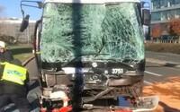 V Praze se srazily autobusy, desítky lidí jsou zraněny. Jely v nich i děti