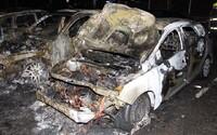 V Praze zapaloval auta. Z místa činu utíkal s hořícíma rukama.