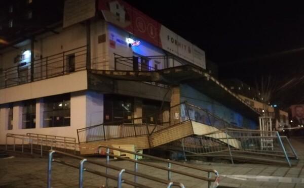 V Prešove sa zrútilo zábradlie na schodisku nákupného strediska. Stavba mala viac ako 30 rokov