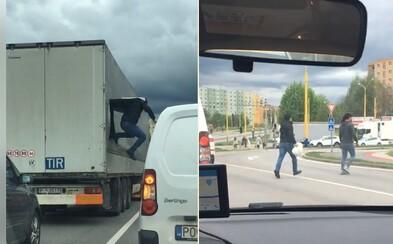 Na Slovensku vyskakovali migranti z kamionu. Virální video okamžitě začala řešit policie